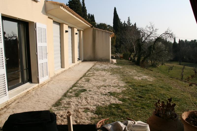 Cr ation d une terrasse ossature bois compos e de lames en for Amenagement contour maison